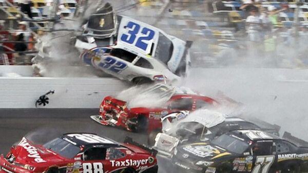 Обломки гоночных болидов вылетели на трибуны во время гонок Nascar в США