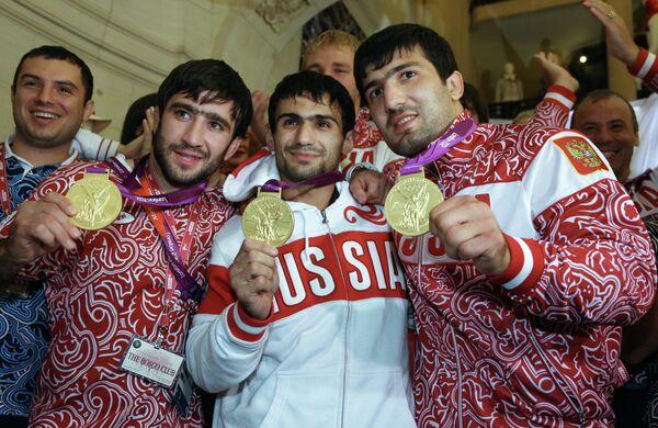 Российские дзюдоисты Тагир Хайбулаев (справа),Арсен Галстян (в центре) и Мансур Исаев (слева)