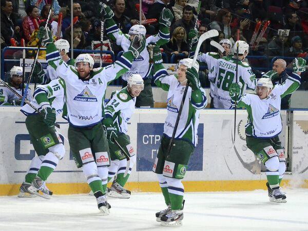 Игроки Салавата Юлаева празднуют победу