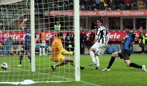 Алессандро Матри забивает решающий гол в ворота Интера