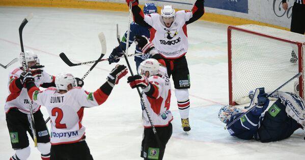 Хоккеисты Трактора радуются заброшенной шайбе в ворота голкипера Динамо Александра Еременко