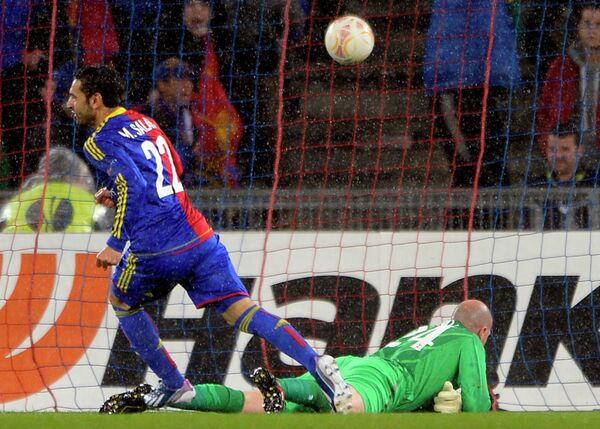 Футболисты Базеля забивают мяч в ворота лондонского Тоттенхэма