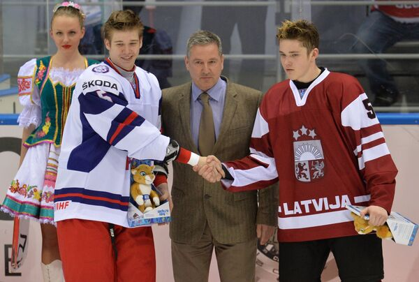 Игрок сборной России Николай Глухов (слева) и игрок сборной Латвии Том Бернхард (справа)