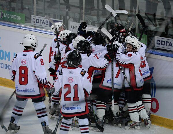 Хоккеисты Авангарда радуются победе в матче против Ак Барса