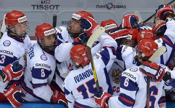 Хоккеисты юниорской сборной России радуются забитой шайбе