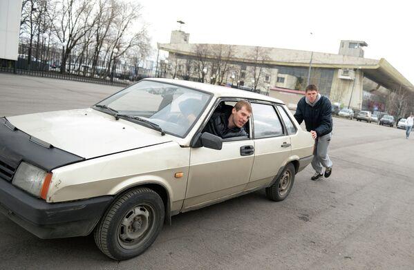 Баскетболист ПБК ЦСКА Виктор Хряпа (справа) и Сергей Моня