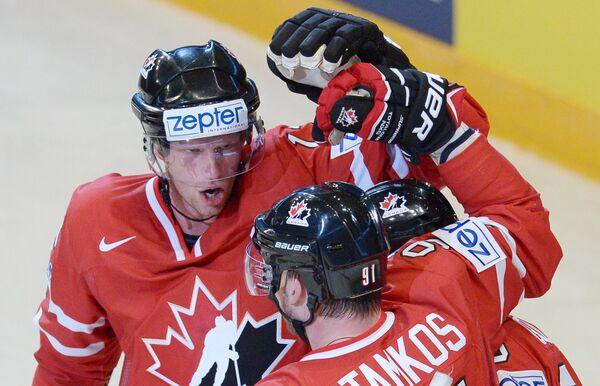 Хоккеисты сборной Канады радуются голу, забитому в ворота команды Дании