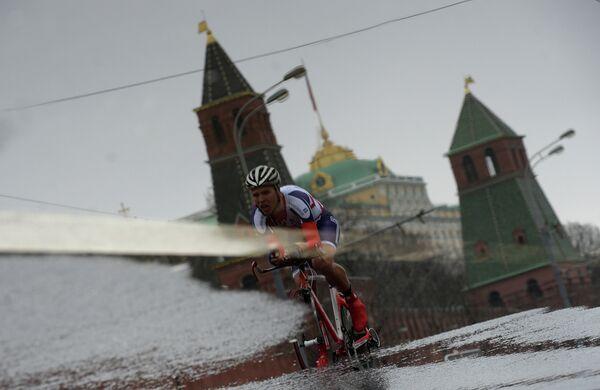 Гонщик во время велогонки Пять колец Москвы