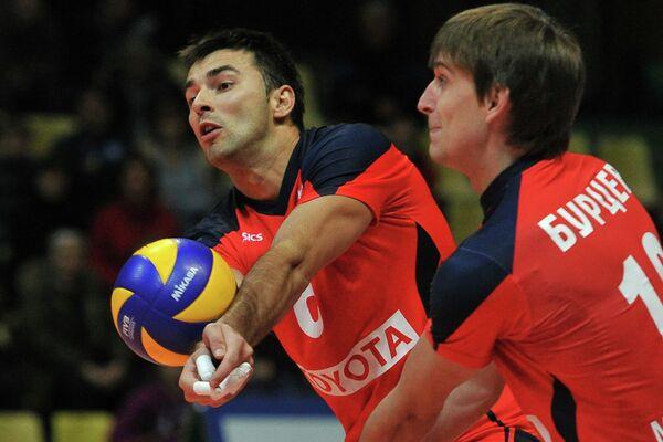 Игроки волейбольного клуба Искра Денис Калинин (слева) и Сергей Бурцев