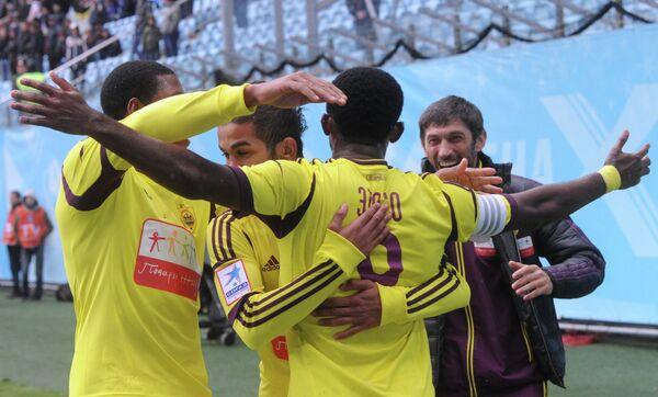 Игроки Анжи радуются победе в матче с Динамо
