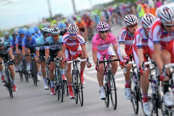 Гонщики Катюши Лука Паолили и Петр Игнатенко на одном из этапов Джиро д'Италия