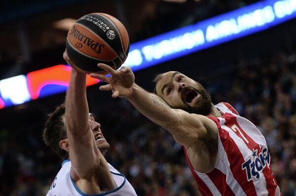 Игрок Реала Мирза Бегич и игрок Олимпиакоса Вассилис Спанулис (справа)