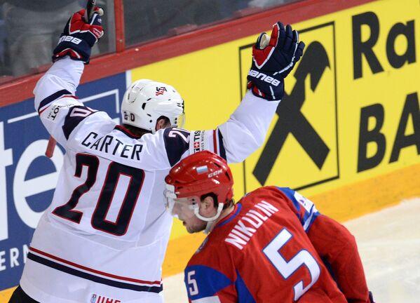 Нападающий сборной США Райан Картер (слева) радуется забитой шайбе в ворота сборной России