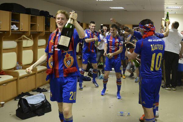 Игроки ЦСКА Расмус Эльм (слева) и Алан Дзагоев празднуют победу