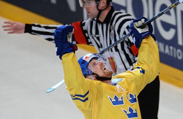 Нападающий сборной Швеции Хенрик Седин (справа) радуется забитой шайбе