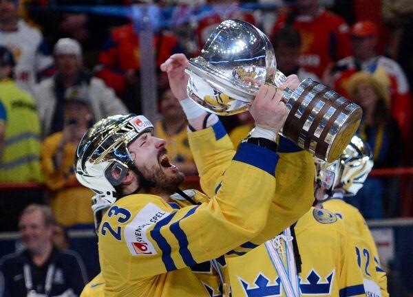 Нападающий сборной Швеции Никлас Перссон с трофеем чемпионата мира