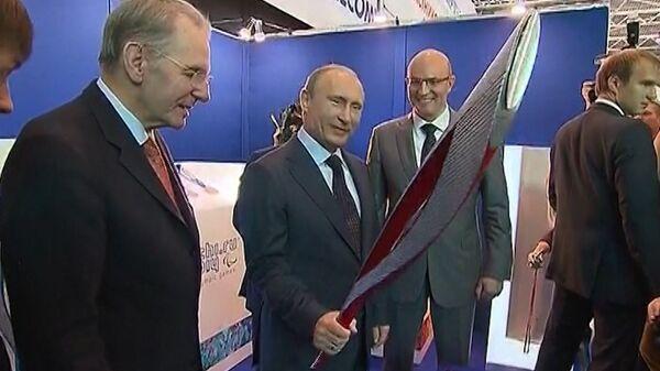 Путин пошутил, что олимпийский факел похож на автомат Калашникова