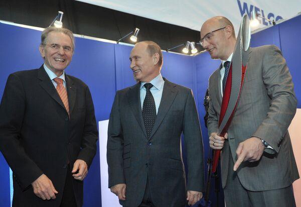 Жак Рогге (слева), Владимир Путин (в центре) и Сергей Чернышенко (справа)