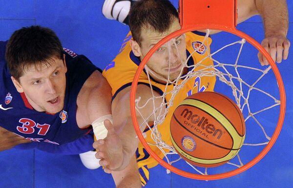 Игрок ПБК ЦСКА Виктор Хряпа (слева) и игрок БК Химки Сергей Моня