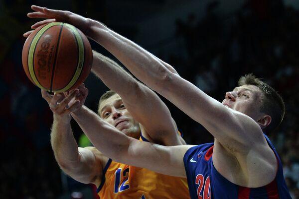 Игрок Химок Сергей Моня и игрок ПБК ЦСКА Андрей Воронцевич (справа)