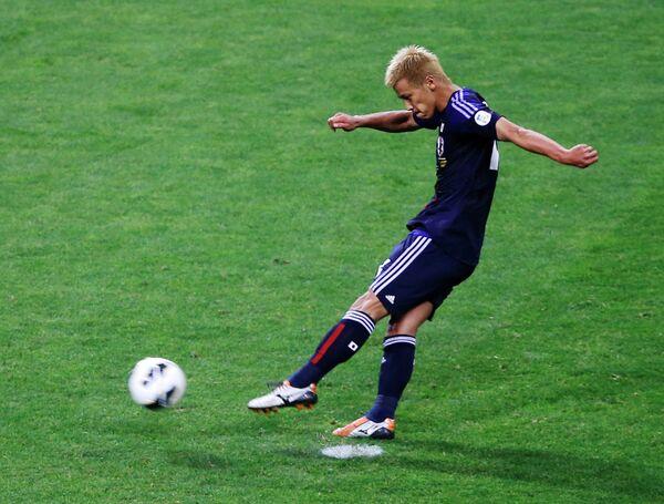Полузащитник сборной Японии Кейсуке Хонда забивает пенальти в ворота сборной Австралии