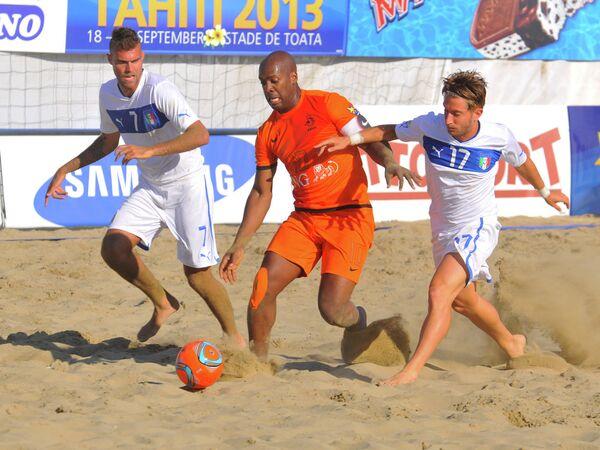 Игровой момент матча по пляжному футболу Нидерланды - Италия