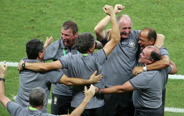 Главный тренер сборной Бразилии Луис Фелипе Сколари празднует со своим штабом победу над сборной Италии на Кубке конфедераций