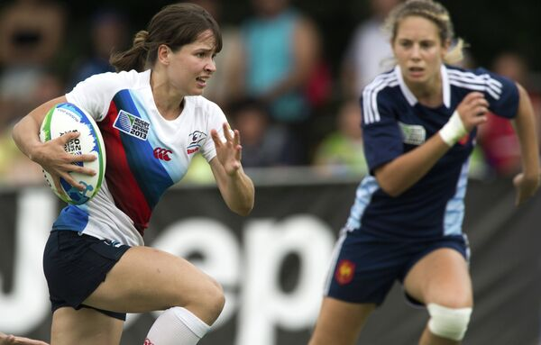Игровой момент матча женской части Кубка мира по регби-7 Россия - Франция