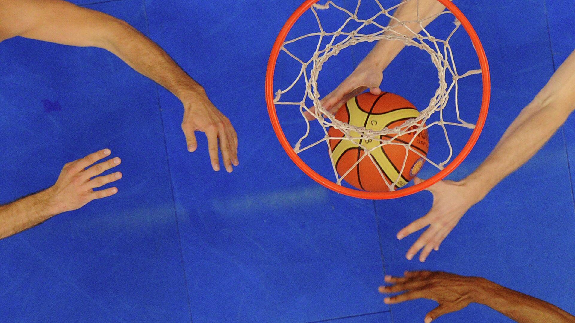 Баскетбольный мяч в кольце - РИА Новости, 1920, 08.09.2020