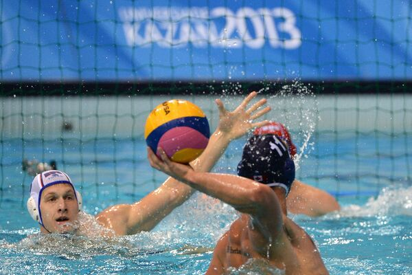 Игровой момент матча между студенческими сборными России и Канады