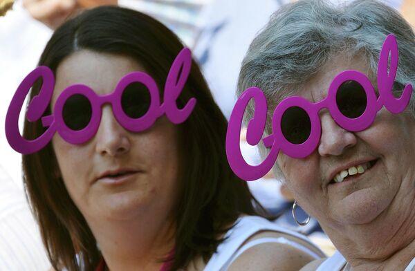 Болельщицы наблюдают за финалом женской части соревнований на Уимблдонском турнире