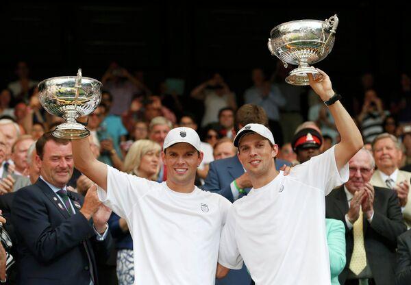 Американские теннисисты Боб и Майк Брайаны - победители Уимблдонского теннисного турнира 2013 года