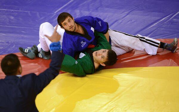 Российский спортсмен Алибек Лепшоков (сверху)