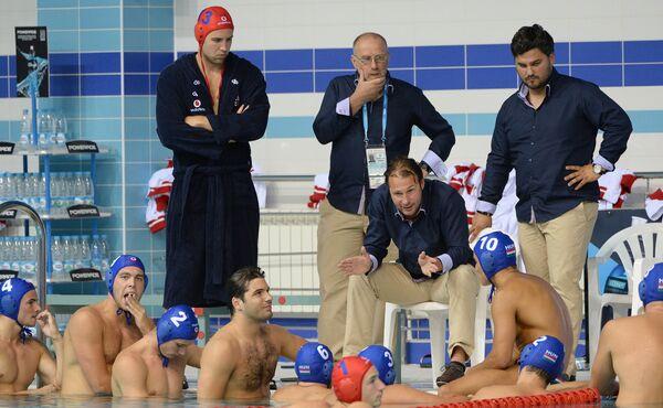 Главный тренер сборной Венгрии Винсе Балаж Левенте (второй справа на втором плане)