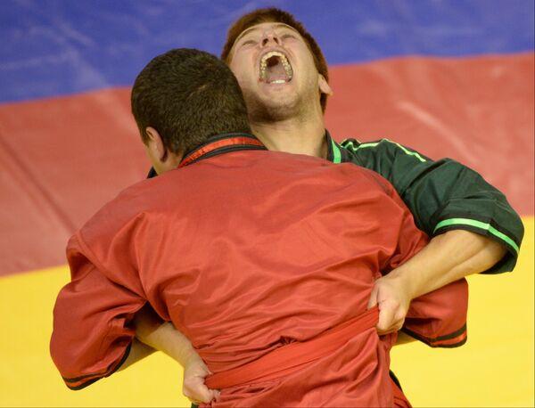 Российсксий спортсмен Ильнар Галиев (справа) и Юрий Сирьи (Украина)