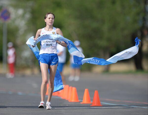 Анисья Кирдяпкина (Россия) финиширует в финальных соревнованиях по спортивной ходьбе