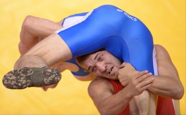 Российский спортсмен Магомед Курбаналиев (в красном)