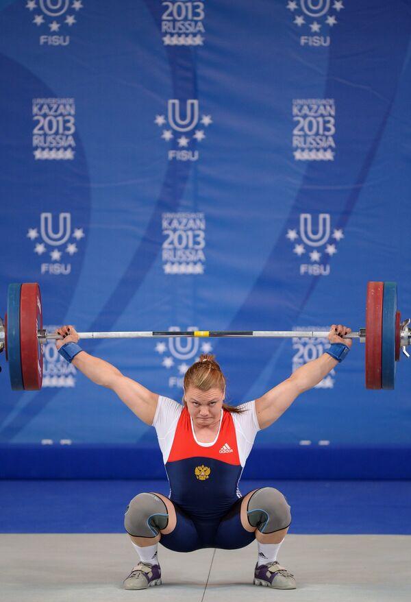 Ольга Зубова (Россия) во время соревнований по тяжелой атлетике среди женщин
