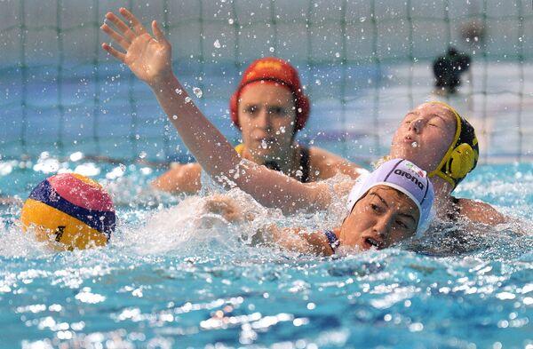 Игрок сборной Италии Медея Верде (справа на первом плане) и игрок сборной Австралии Оливия Кинг (справа на втором плане)