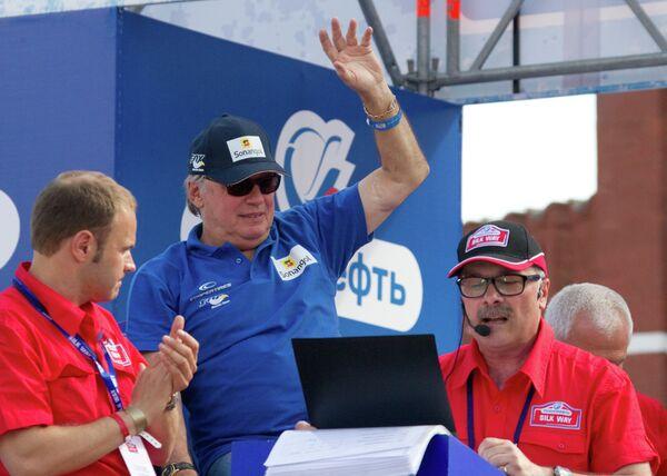 Французский автогонщик Жан-Луи Шлессер (в центре)