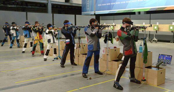 Спортсмены во время финальных соревнований по пулевой стрельбе из пневматической винтовки на 10 м среди мужчин