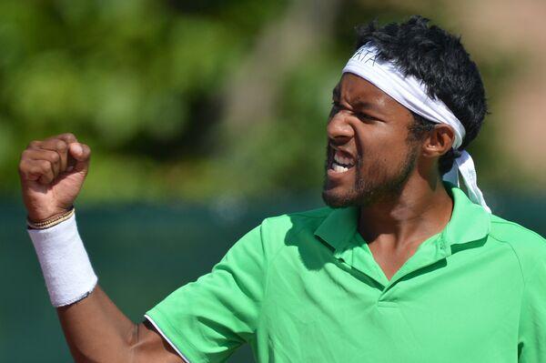 Спортсмен из Мадагаскара Антсо Ракотондраманга радуется победе в полуфинальном матче мужского одиночного разряда против спортсмена