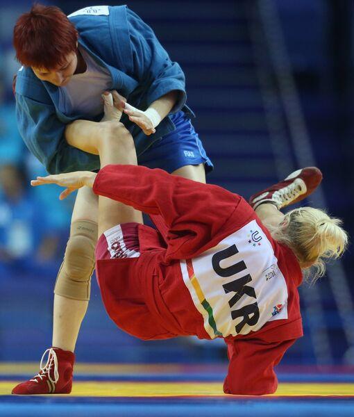 Анна Харитонова (в синем)