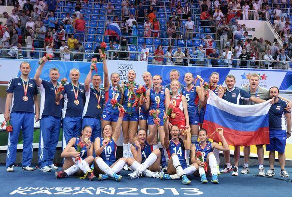 Игроки сборной России, завоевавшие золотые медали, на церемонии награждения