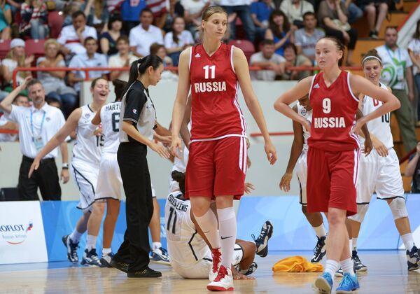 Игроки сборной России Наталья Виеру и Евгения Финогентова (слева направо на первом плане)
