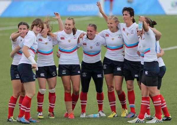 Регбистки сборной России радуются победе в матче за золотые медали женского турнира