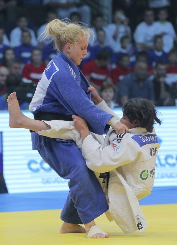 Российская спортсменка Юлия Рыжова (слева)