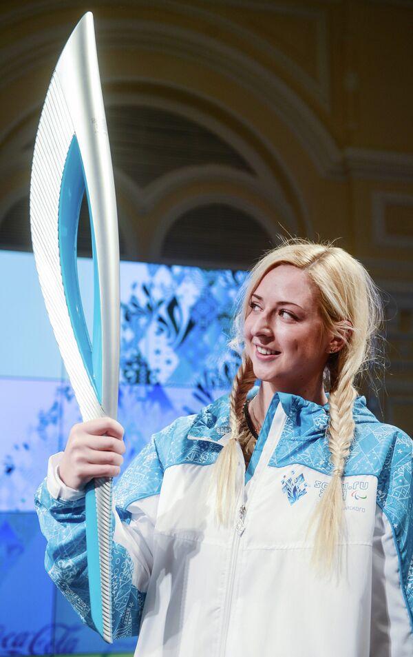 Паралимпийская чемпионка Олеся Владыкина во время церемонии презентации Олимпийского факела и официальной униформы Эстафет Олимпийского и Паралимпийского Огня Сочи 2014.