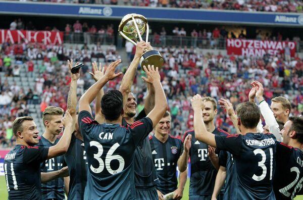 Игроки ФК Бавария с трофеем за победу в Кубке Ули Хёнесса