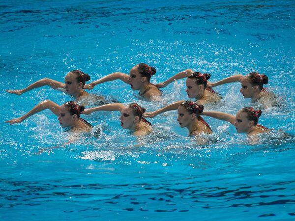 Спортсменки сборной России, завоевавшие золотые медали, во время выступления в произвольной программе финальных командных соревнований по синхронному плаванию